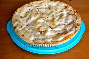 Готовый пирог достать из духовки и немного остудить в форме. Уже остывший пирог переложить на сервировочное блюдо.