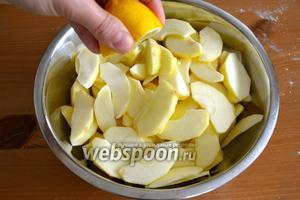 Для начинки яблоки вымыть, очистить от кожуры и нарезать небольшими дольками. Можно использовать смешанные сорта яблок... 2-3 яблока более кислого вкуса, и ещё 2 более сладковатых яблока. Нарезанные яблоки сбрызнуть лимонным соком.