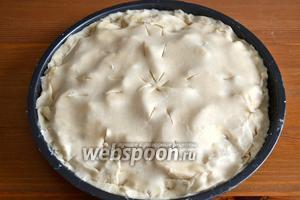Вторую часть теста тоже раскатать и накрыть им начинку. Края плотно защипнуть. На поверхности пирога сделать небольшие надрезы ножом.
