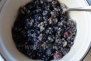 Далее будем проверять оливки хотя бы каждые 3 дня, необходимо перемешать и обратно поставить под гнёт. На фото оливы на 3 день, начали пускать сок, вся соль намокла.