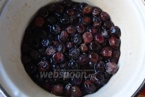 На 10 день оливки пустили уже столько сока, но всё ещё соль будет на дне. Сок тёмный, оливки немного потеряют цвет.