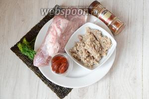 Для приготовления роллов со свиным мясом вам понадобится гречка (у меня она уже была заранее отварена), томатная паста, свиное мясо, нори, перец красный молотый и соль и петрушка.