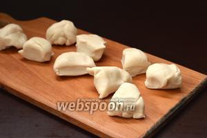 Разделить тесто на 9 кусочков. Примерный вес куска — 35 грамм.