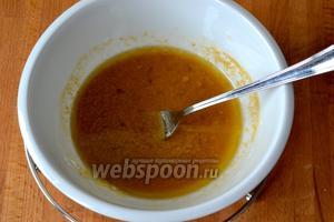 После этого снова переложить курицу из сковороды. В небольшой миске смешать 0,5 стакана жидкости из сковороды и муку. Размешать соус, чтобы не было комочков. Вылить в сковороду.