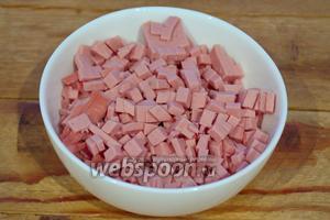 Колбасу нарезать на небольшие кубики. Мы будем из колбасы делать начинку. Слишком большие кубики будут выбиваться из теста, Люблю когда в зразах много начинки. Соответственно нужно постараться всё измельчить равными мелкими кусочками.