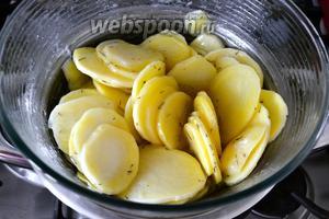 Накрыть крышкой и потушить, таким образом, в масле 20 минут. Картофель должен слегка посветлеть... Тем временем включить духовку разогреваться на 230°C.