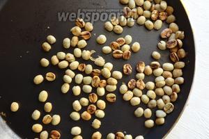 Затем кофе слегка прокаливаем на сухой сковороде. Сильно не жарим, даём зарумяниться, как почувствуете запах семечек, можно выключать огонь. Мелкую плёнку, которая образуется, сдуваем.
