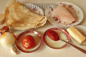 Для приготовления блюда нужно взять блины, куриное филе, томатную пасту, помидоры, лук, чеснок, паприку и соль.