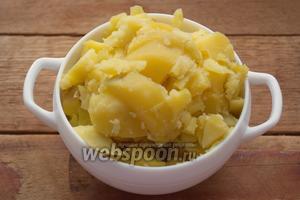 Картофель, отваренный в мундире, очистить и нарезать кубиком.