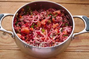 Перемешайте все компоненты. Добавьте соль, перец и немного растительного масла. Блюдо готово.