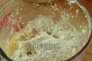 Постпенно подспыая муку, замесить мягкое нелипнущее к рукам тесто.
