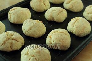Выпекать изделия при температуре 190ºC. Печенья не должны сильно румяниться.