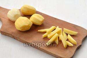 Картофель очистить и нарезать брусочками толщиной 0,7-0,8 см.