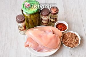 Для приготовления долмы из курицы с гречкой вам понадобится гречневая крупа, аджика, соль, хмели-сунели, перец красный молотый, куриное филе и виноградные листья.
