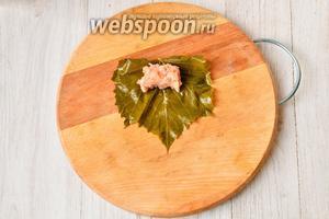 Листья виноградные промываем и накладываем чайной ложкой подготовленную смесь.