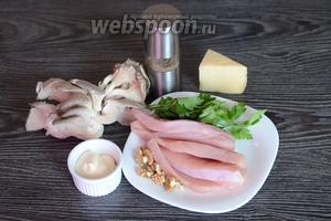 Для приготовления запечённого филе индейки вам понадобится соль, петрушка, филе индейки, орехи грецкие очищенные, майонез, вёшенки, перец чёрный молотый и сыр.