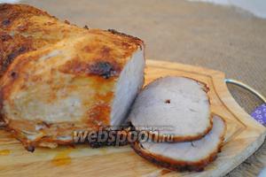 Снять мясо с вертела выложить на доску. Нарезать на порционные куски и подавать горячим.