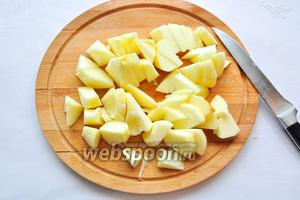 Яблоки очистим от шкурки, вырежем сердцевину и нарежем на брусочки.