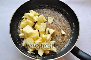 Добавить в растопленное масло сахар, корицу, мускатный орех и яблоки.