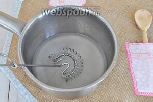 Пока батон печётся, приготовим жидкий кисель для обмазки горячего батона. В воду добавим сахар и крахмал и нагреем.