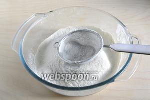 Для начала разогрейте духовку до 200°С. Затем просейте в миску муку с солью и разрыхлителем.