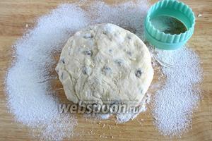 Замесите эластичное тесто, которое не должно липнуть к рукам, если липнет, подсыпьте ещё немного муки.