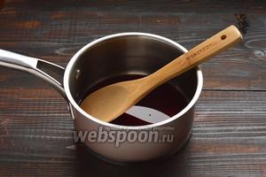 Соединить сахар и вино (1 столовую ложку вина отложить).