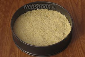Кашу выложить в круглую форму диаметром 24 см, разровнять и остудить.