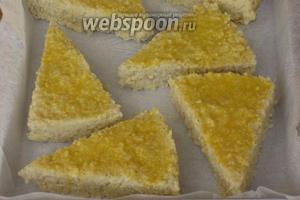 Затем разрезать на порционные куски и выложить на противень. Яйцо слегка взбить вилкой и смазать гренки. Запечь под сильно разогретым грилем до золотистой корочки.