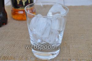 В бокал для виски положить лёд.