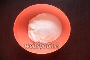 Готовим крем. В отдельную ёмкость выливаем сметану и всыпаем сахар.