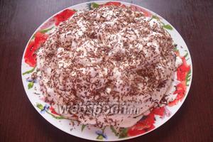 Натёртыми конфетами и кокосовой стружкой равномерно посыпаем торт.