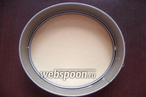 Форму для выпечки смазываем сливочным маслом. Выливаем в форму светлое тесто.