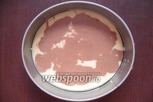 Далее столовой ложкой, неравномерно, добавляем к светлому тесту шоколадное.