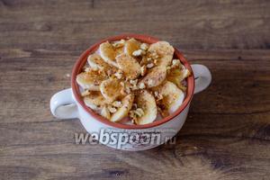 Разложите порезанный на кусочки банан, присыпьте корицей, сахаром, по вкусу добавьте орехи.
