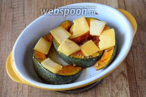 Затем, достаём тыкву, твёрдый сыр порезать ломтиками средней толщины. Раскладываем сыр на тыкву. Убираем тыкву в духовку, чтобы сыр успел расплавиться, примерно 5-7 минут.