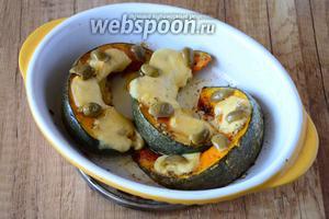 Готовую тыкву достаём из духовки. Даём ей остыть около 10 минут. Затем оливки режем на 2 половины и раскладываем на ломтики тыквы. Блюдо готово. Приятного аппетита!
