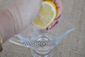 В сахарный сироп выжать 1/2 лимона.