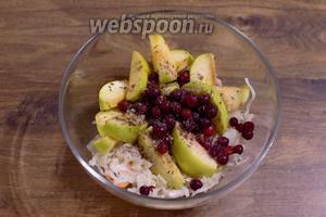 Для начинки смешайте в миске капусту, клюкву и 1/2 порезанных на дольки яблок без сердцевины. Полейте это всё растительным маслом, приправьте солью, перцем и тмином по вкусу.