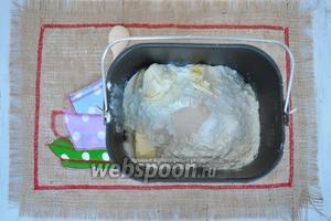 В ведёрко хлебопечи влить воду и яйца, а затем поместить все сухие составляющие. Поместить ведёрко в хлебопечь. Выбрать режим «тесто», выйдет время 1 час 30 минут. Пока тесто готовится, займёмся начинкой.