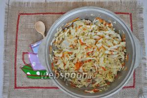 Обжарим в сотейнике лук с морковью до мягкости. Добавим нарезанную капусту и немного потушим.