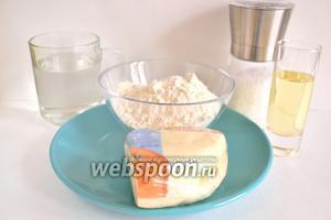 Для приготовления чебуреков с сыром нужен небольшой набор продуктов — сыр сулугуни, вода, мука пшеничная, соль и масло растительное.