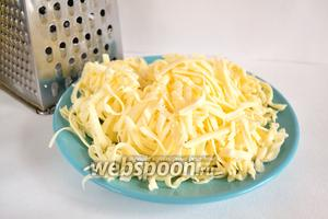 Сулугуни натереть на крупной тёрке. На этом этапе стоит попробовать сыр. Если сулугуни недостаточно солёный (бывает разный по солёности), то нужно его просто подсолить.