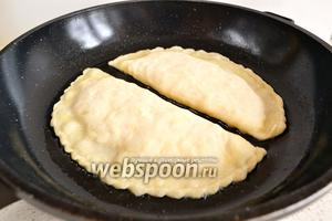 Как следует разогреть в сковороде масло. Оно должно закипеть. Жарим чебуреки на довольно сильном огне с двух сторон, до образования золотистого и пузырчатого чебурека.