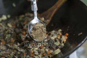 Добавляем в пассеровку ложку порошка из меленных сухих лесных грибов, лучше белых или подосиновиков. Такое решение удивительно усилит аромат нашего супа.