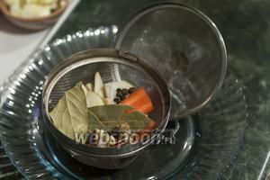В закручивающуюся сеточку закладываем специи и приправы. Насколько я помню, раньше такая композиция из лаврового листа, чёрного и душистого перцев, лука, чеснока, корня петрушки и моркови называлась «Букетом Гарни».