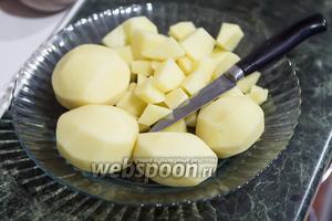 Очищенный картофель должен быть порезан кусками среднего размера.