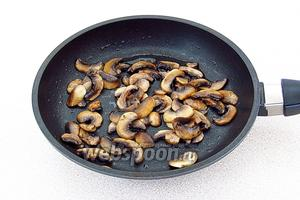 Обжарить грибы на подсолнечном масле.