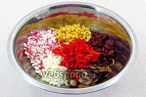 Кукурузу выложить на дуршлаг и дать стечь рассолу. Фасоль промыть кипячёной водой и обсушить. Соединить кукурузу, фасоль, грибы, крабовые палочки, перец и яйца, посолить по вкусу.