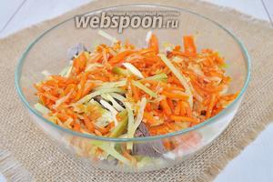 Добавить  обжаренные овощи. Предварительно морковь с луком остудить и выложить на салфетку для удаления лишнего масла. Салат перемешать и заправить майонезом. Соль и перец добавлять по вкусу.